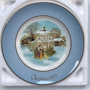 """Avon Christmas plate 1977 """"Carollers in the snow"""""""
